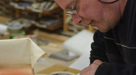 Artisan adds touch of gold to national treasures