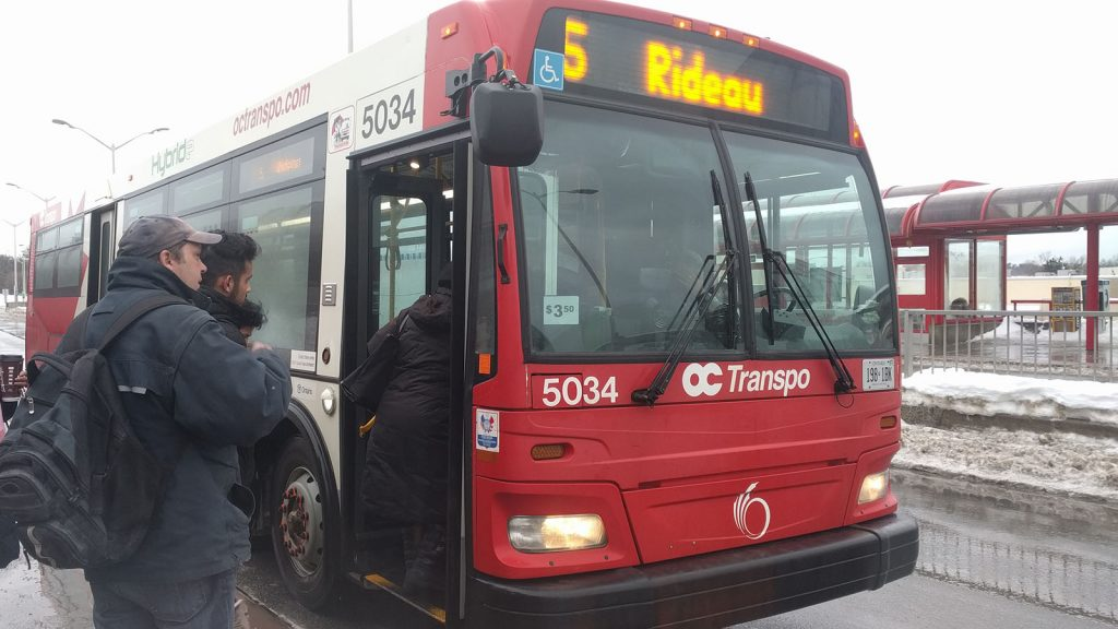 The number 5 Rideau bus stops and lets passengers on.