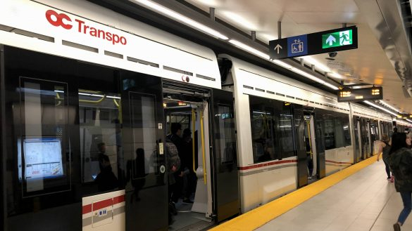 A train with open doors at the Rideau LRT station