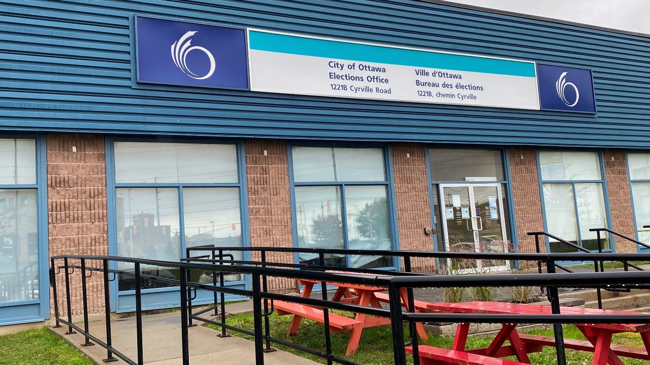 Photo of the front of the City of Ottawa Elections office. Picnic table and an accessibility ramp are seen on the right side of the front entrance.